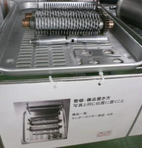 製造用の備品棚と整頓用の掲示物