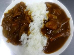 名古屋コーチン鶏コラーゲンスープを加えて作ったカレー(右)と通常通り作ったカレー(左)の比較