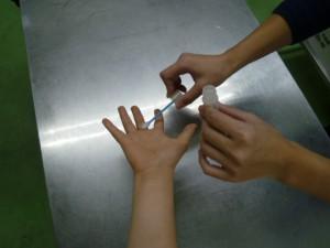 手洗い後の拭き取り細菌検査の様子