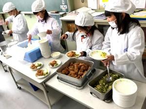 大治小学校への鶏肉寄贈と給食の様子1(2017年さんわコーポレーション)