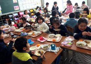 大治小学校への鶏肉寄贈と給食の様子2(2017年さんわコーポレーション)