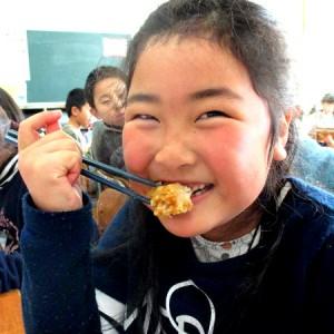 大治小学校への鶏肉寄贈と給食の様子3(2017年さんわコーポレーション)