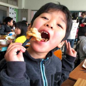 大治小学校への鶏肉寄贈と給食の様子4(2017年さんわコーポレーション)