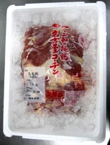 氷を敷き詰めます。  - 名古屋コーチンの出荷時の様子