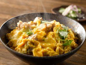 鶏三和の純鶏名古屋コーチン親子丼(調理イメージ)